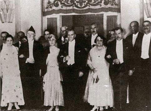 Ο Ελευθέριος Βενιζέλος και ο Κεμάλ Ατατούρκ υπογράφουν στην Άγκυρα συνθήκη φιλίας μεταξύ Ελλάδας και Τουρκίας.