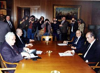 Μητσοτάκης, Παπανδρέου και Φλωράκης αποφασίζουν τη σύσταση οικουμενικής Κυβέρνησης
